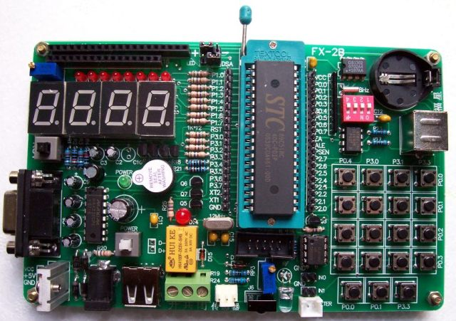 一、FX-2B实验板基本配置 1、串口方式下载程序(增加USB-232可USB下载程序);ISP下载方式(选择AT89S5X单片机),也就是你不用买单片机烧写器也能够随时烧写程序到你的片子里查看您编写的程序状况。 2、4位数码管(做动态扫描及静态显示实验)。 3、8位LED发光二极管(做流水灯实验)。 4、RS232通讯实验(可以做为与计算机通迅的接口同时也可做为STC单片机下载程序的接口) 5、输入电压范围宽,交直流电源,9-15V,桥式整流三端稳压带散热器。 6、USB供电系统,直接插接到电脑USB口