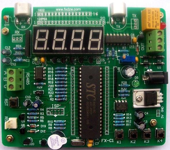超声波测距学习开发板(FX-C1)  一款实际应用能力很强的开发板 一、概述 FX-C1超声波测距学习开发板,可应用于汽车倒车、水塔自动水位控制、建筑施工工地、危险设备安全监控及一些工业现场的位置监控,也可用于如液位、井深、管道长度的测量监控等场合。测量时与被测物体无直接接触,能够清晰稳定地显示测量结果。 二、声波测距原理 超声波发生器内部结构有两个压电晶片和一个共振板。当它的两极外加脉冲信号,其频率等于压电晶片的固有振荡频时,压电晶片将会发生共振,并带动共振板振动,便产生超声波。反之,如果两电极间未外