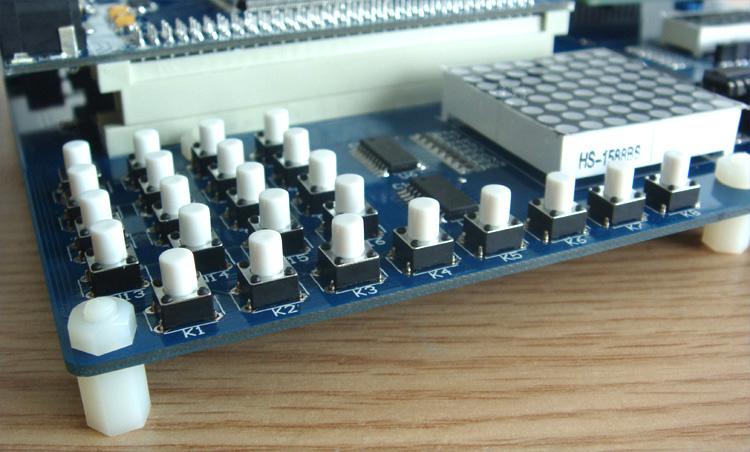 产品特点: EDA-D系列是深圳市启点时代科技有限公司针对电子竞赛、IP验证、FPGA教学和开发设计的一系列开发板,该系列开发板分为核心板和底板设计,核心板配备了两片大容量SARM芯片,核心板和底板可以分离,核心板可以独立运行,底板设计了大量实验资源,对于实验验证和开发测试都非常有用,配合丰富的实验例程和详细的实验指导,用户可以在尽可能短的时间内掌握基本的CPLD和FPGA设计方法和思路,所有配套实验均提供源代码和工程文件,用户可以直接使用该代码或者修改后用于自己的设计开发中。 所有底板的器件均分配了独立